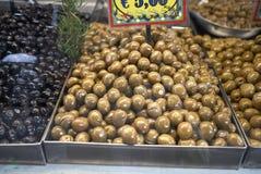 Oliven verkauft am Markt lizenzfreies stockfoto