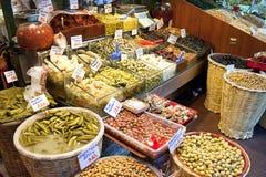 Olivenessiggurken und -salate lizenzfreie stockfotografie