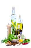 Olivenöl, Kräuter und Gewürze Stockfotografie