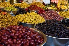 Olivenregale in Carmel Market Lizenzfreie Stockbilder