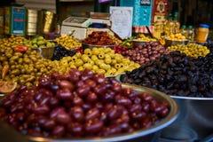 Olivenregale in Carmel Market Stockbilder