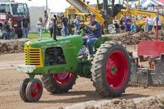 Oliver супер 77 зеленое & красный вытягивать трактора Стоковое Изображение