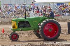 Oliver супер 77 зеленое & красный трактор Стоковое фото RF