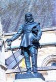 Oliver Cromwell - staty 1899 av Hamo Thornycroft framme av slotten av Westminster (parlamentet), London, UK Arkivfoto