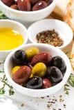 Olives, épices et pain organiques frais, verticale de plan rapproché Photos stock