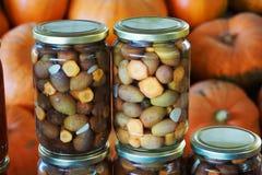 Olives avec des carottes dans un pot image libre de droits