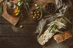 Olives avec du pain et le pétrole Photographie stock libre de droits