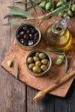 Olives avec du pain et le pétrole Photos libres de droits