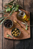 Olives avec du pain et le pétrole Images libres de droits