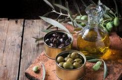 Olives avec du pain et le pétrole Image libre de droits
