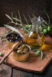 Olives avec du pain et le pétrole Image stock