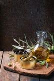 Olives avec du pain et le pétrole Photo libre de droits