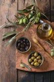 Olives avec du pain et le pétrole Photographie stock