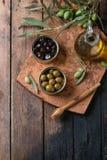 Olives avec du pain et le pétrole Images stock