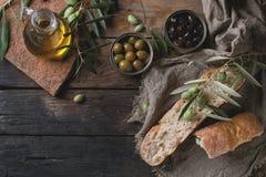 Olives avec du pain et le pétrole Photos stock