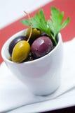 Olives dans la cuvette photographie stock