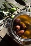 Olives dans le pot photographie stock