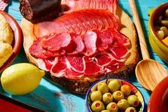 Olives de jambon de Tapas Iberico et de saucisse de lomo Photographie stock libre de droits