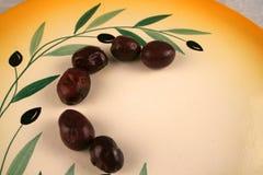 Olives de Kalamata d'une plaque Photographie stock libre de droits