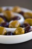 Olives en vert et noir spiralés de cuvette Photos libres de droits