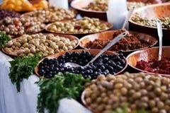 Olives et épices sur une stalle du marché Photographie stock libre de droits