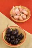 Olives et ail Photos stock
