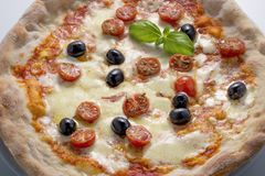 Olives et basilic de tomates de mozzarella de pizza Photographie stock libre de droits