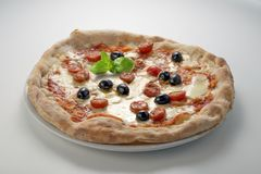 Olives et basilic de tomates de mozzarella de pizza Photo stock