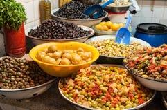 Olives et haricots en Médina de Marrakech Photographie stock libre de droits