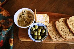 Olives et houmous, pain brun et biscuits, faits sur le goût de la terre comme le ciel ! photographie stock