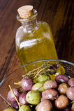 Olives et huile d'olive. Photo stock