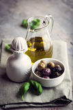 Olives et huile d'olive marinées Image libre de droits