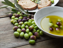 Olives et huile d'olive sur le bois Image stock