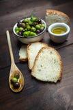 Olives et huile d'olive sur le bois Photos stock