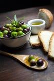 Olives et huile d'olive sur le bois Image libre de droits
