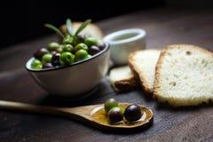 Olives et huile d'olive sur le bois Images libres de droits