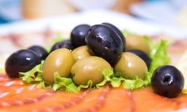 Olives et saumons découpés en tranches Apéritif sur le restaurant italien Photo libre de droits