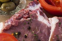 Olives et tomates crues de poivre de côtelettes de porc Photos libres de droits