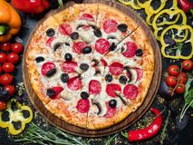Olives faites maison de pepperoni de nourriture de pizza de repas italien image stock