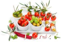 Olives, fromage de mozzarella et légumes Image libre de droits