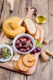 Olives grecques, fromage et huile d'olive extra vierge dessus photos libres de droits