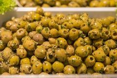 Olives méditerranéennes et pâte olive sur un marché en plein air Images libres de droits