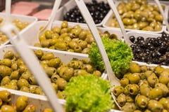 Olives méditerranéennes et pâte olive sur un marché en plein air Photo libre de droits