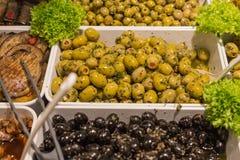 Olives méditerranéennes et pâte olive sur un marché en plein air Photos libres de droits