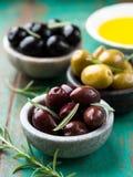 Olives marinées assorties avec le romarin Images libres de droits