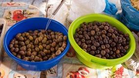 Olives noires à vendre images stock