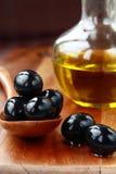 Olives noires et huile d'olive Photographie stock libre de droits