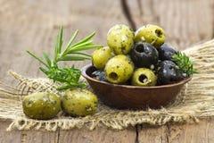 Olives noires et vertes marinées avec l'ail et le mediterra frais Photos stock