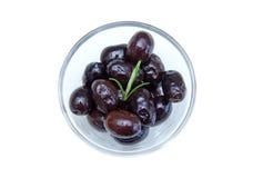 Olives noires sur la cuvette d'en haut Photographie stock