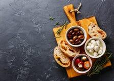 Olives, poivrons, mozzarella et ciabatta Photo stock